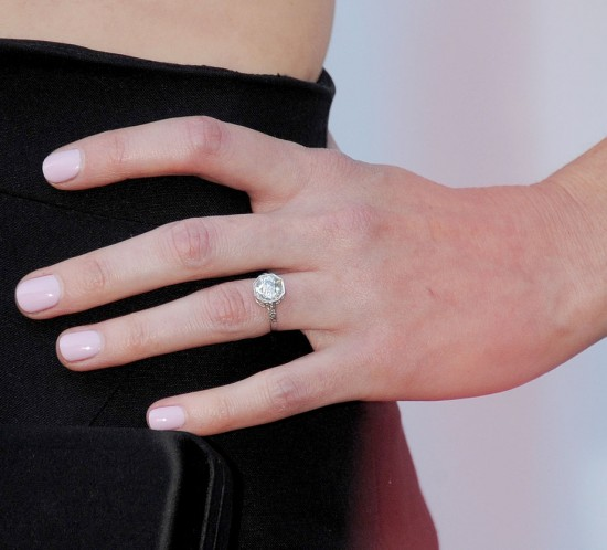Alexis-Bledel-showed-off-her-diamond-engagement-ring